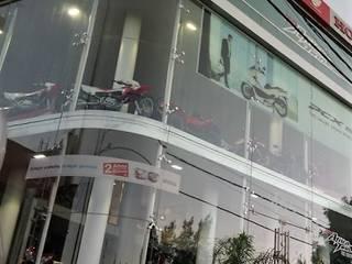Concesionario Oficial Honda Motos Galerías y espacios comerciales de estilo moderno de LR arquitectura Moderno
