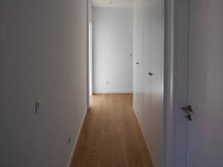 Pasillos, vestíbulos y escaleras de estilo minimalista de goodmood - Soluções de Habitação Minimalista