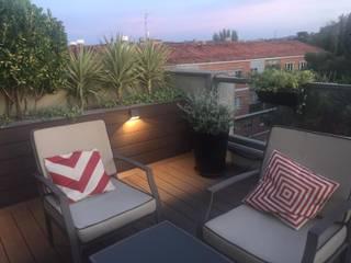 PUNTO DE LUZ EN JARDINERA Balcones y terrazas de estilo moderno de Jardín con Clase Moderno