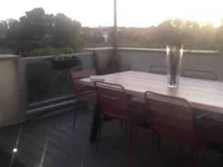 TARIMA ELEVADA CON ILUMINACION Balcones y terrazas de estilo moderno de Jardín con Clase Moderno