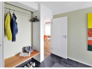 Einfamilienhaus am Starnberger See Heerwagen Design Consulting Moderner Flur, Diele & Treppenhaus