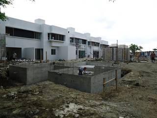 """Barda perimetral y areas comunes del complejo Altozano """"El Nuevo Tabasco"""" de Grupo Constructor Mega, S. A. DE C. V. Minimalista"""