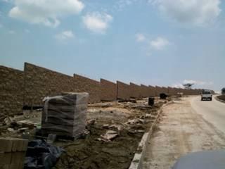 """Barda perimetral y areas comunes del complejo Altozano """"El Nuevo Tabasco"""" de Grupo Constructor Mega, S. A. DE C. V. Moderno"""