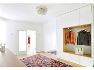 隨意取材風玄關、階梯與走廊 根據 Heerwagen Design Consulting 隨意取材風