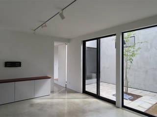 土間と回廊の家 モダンデザインの リビング の ジュウニミリ建築設計事務所 モダン