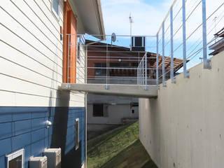 傾斜地に建つブリッジの家 モダンな 家 の ジュウニミリ建築設計事務所 モダン