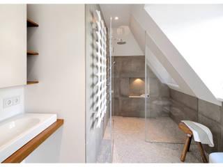 現代浴室設計點子、靈感&圖片 根據 Heerwagen Design Consulting 現代風