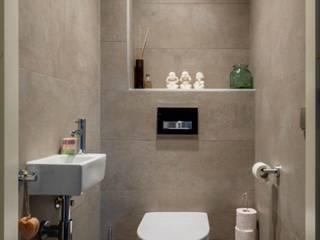 Toilet met stoere betonlook wandtegels: modern  door Maxaro, Modern Keramiek