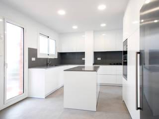 Moderne Küchen von Grupo Inventia Modern