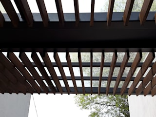 Merkalum Modern balcony, veranda & terrace Glass Wood effect