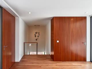 MC House Pasillos, vestíbulos y escaleras de estilo moderno de Atelier d'Arquitetura Lopes da Costa Moderno