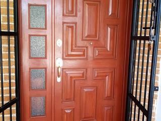 puerta colonial de tableros en forma de l de Carpinteria cardos