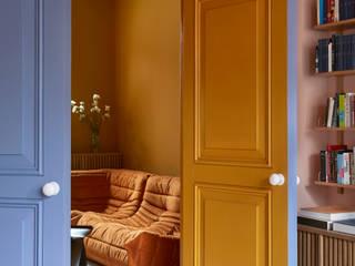 Gele woonkamer met blauwe deuren en doorkijk naar roze woonkamer - Colour Collection Upside Down Pure and Original: modern  door Pure & Original, Modern