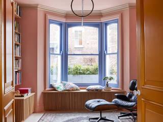 Roze woonkamer met gele deuren en blauwe kozijnen - Colour Collection Upside Down Pure and Original: modern  door Pure & Original, Modern