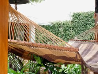 Hiên, sân thượng phong cách nhiệt đới bởi Letícia Passarini - Architecture Nhiệt đới