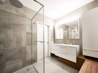 Bäder Ruepp Schreinerei AG BadezimmerWannen und Duschen Weiß