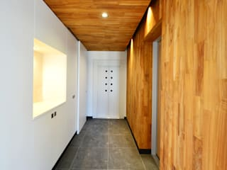 Eclectic style corridor, hallway & stairs by 株式会社 建築工房 亥 Eclectic