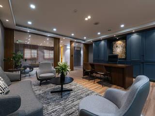 Estudios y despachos modernos de 雅群空間設計 Moderno