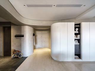 緞帶般曲線 譜出家的律動與甜蜜 The house of ribbon curve 現代風玄關、走廊與階梯 根據 千綵胤空間設計 現代風