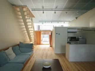Modern living room by 中西ひろむ建築設計事務所/Hiromu Nakanishi Architects Modern