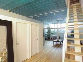 Modern corridor, hallway & stairs by 中西ひろむ建築設計事務所/Hiromu Nakanishi Architects Modern
