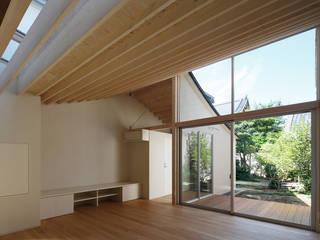反り屋根の町家 モダンデザインの リビング の 中西ひろむ建築設計事務所/Hiromu Nakanishi Architects モダン
