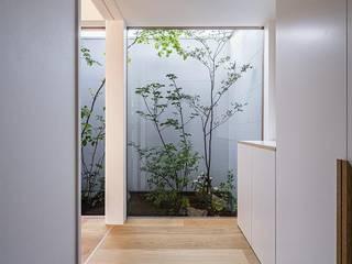 Modern Corridor, Hallway and Staircase by キリコ設計事務所 Modern