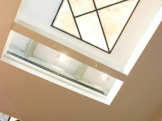 Paris XVIII Couloir, entrée, escaliers minimalistes par VSD / VERONICA SOLARI DESIGN Minimaliste