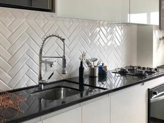 Sala de estar e cozinha Cozinhas modernas por Juliana Damasio Arquitetura Moderno