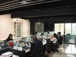 emARTquitectura Arte y Diseño Ruang Studi/Kantor Modern