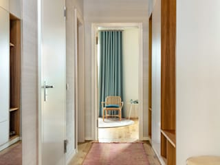 CONSCIOUS DESIGN - INTERIORS Modern Corridor, Hallway and Staircase Wood Red