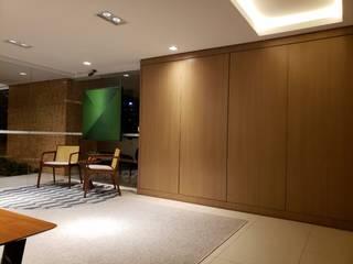 Recepção prédio residencial Revisite Corredores, halls e escadas modernos Madeira Ambar/dourado