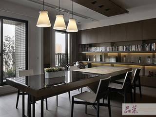 【冬暖夏涼的餐桌:木皮+玻璃】: 不拘一格  by 品茉空間設計(夏川設計), 隨意取材風