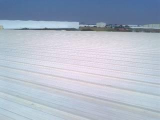 GRUPO MEVA CONSTRUCCION, S.A DE C.V. Terrazas en el techo Metal Blanco