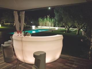 Barras de bar curva iluminada para jardines y terrazas. de Mobiliario led&design Moderno