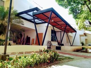 Pérgola metálica con madera plástica Balcones y terrazas de estilo moderno de Home Box Arquitectura Moderno