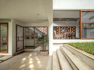 INSIDE OUT HOUSE Minimalist style garden by Gaurav Roy Choudhury Architects Minimalist