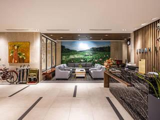 CÔNG TY THIẾT KẾ NHÀ ĐẸP SANG TRỌNG CEEB Modern Corridor, Hallway and Staircase