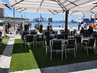 Césped artificial en restaurante de Muelle Uno en Málaga Balcones y terrazas de estilo moderno de Gala decoración Moderno