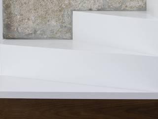 Banema S.A. 玄關、走廊與階梯階梯 石器 White