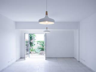 Apartamento no Pico de São João Salas de estar minimalistas por AA.Arquitectos Minimalista