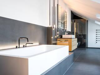 Feinste Technik unter historischem Balkenwerk Moderne Badezimmer von Raumfabrik - Architektur. Planung. Handwerk Modern