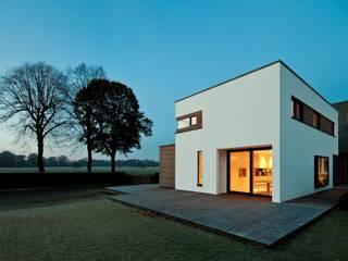 Neu- und Altbau miteinander verbunden Moderne Häuser von Raumfabrik - Architektur. Planung. Handwerk Modern