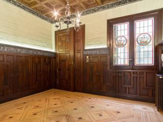 Arquigestiona Reformas S.L. Ingresso, Corridoio & Scale in stile classico Legno massello Effetto legno