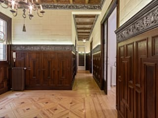 Classic style corridor, hallway and stairs by Arquigestiona Reformas S.L. Classic