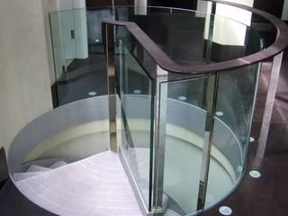 Glass balustrade to spiral staircase por Ion Glass Minimalista