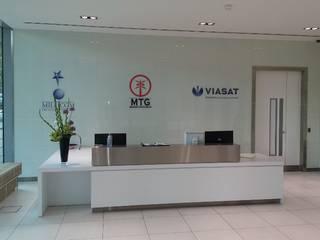 Glass wall cladding to reception area Espaços comerciais minimalistas por Ion Glass Minimalista