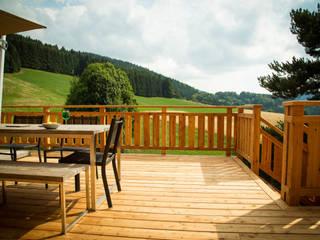 Holz Terrassendielen Remise Rustic style balcony, porch & terrace