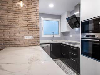 Grupo Inventia Cocinas de estilo moderno Compuestos de madera y plástico Negro