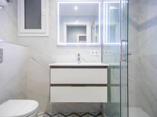 Grupo Inventia Baños de estilo moderno Blanco